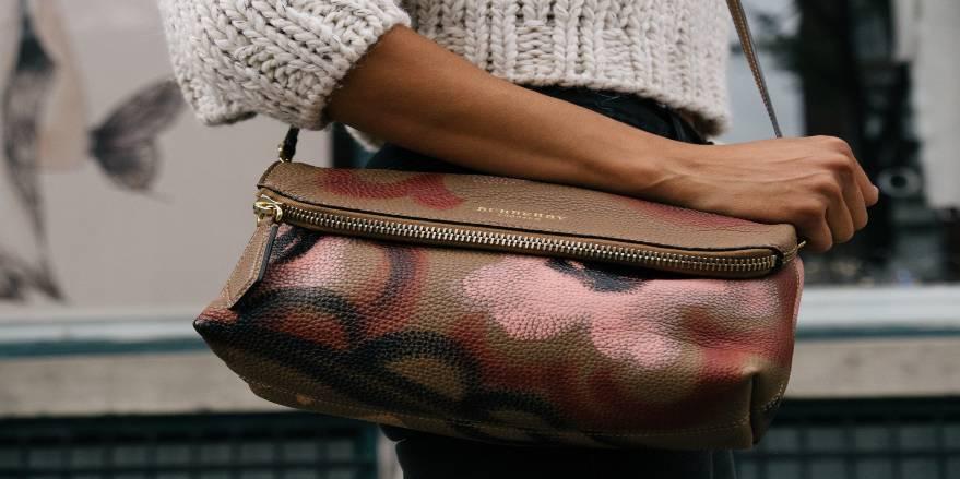 Dame med Burberry taske