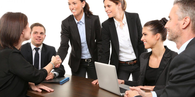 Mennesker der sidder omkring et bord, bestyrelse