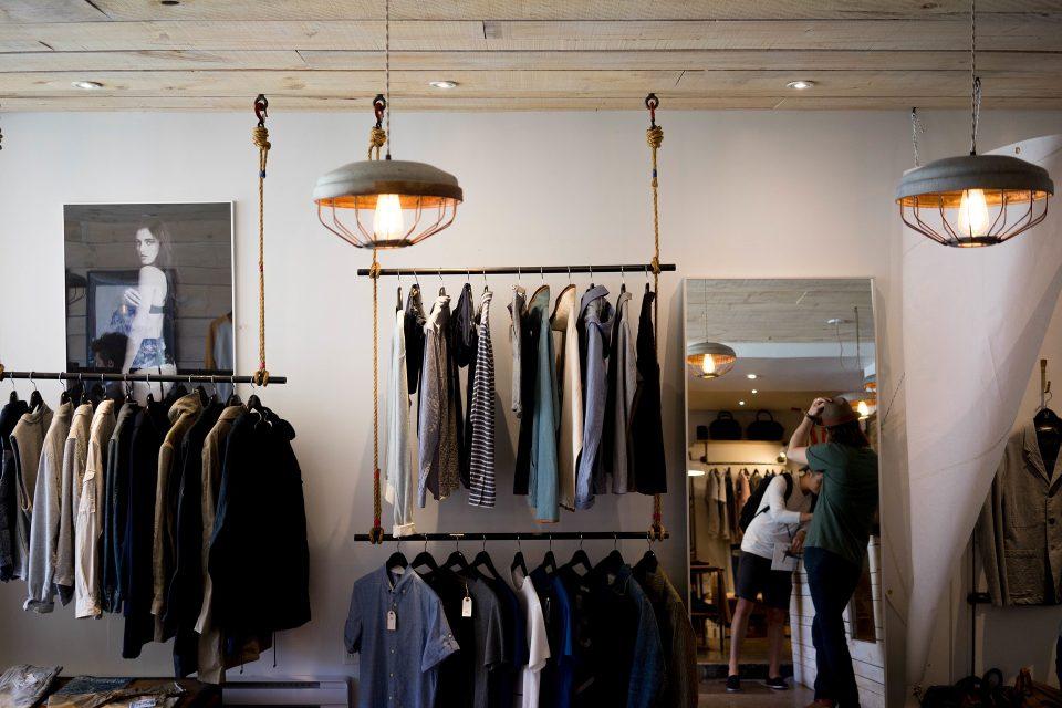 Butik med tøj pænt hængt op